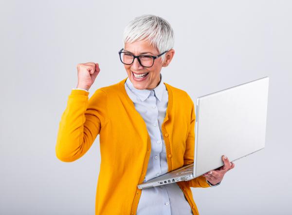 Jubelnde Frau mit Laptop