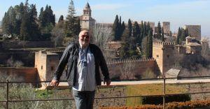 Im Vordergrund ich, im Hintergrund die Alhambra
