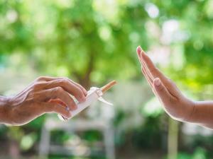Person lehnt Zigarette ab