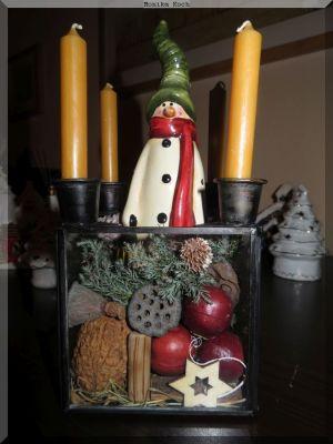 Mein Weihnachtskranz, der keiner ist, sondern ein mit Weihnachtsdeke befüllter Glasquader.