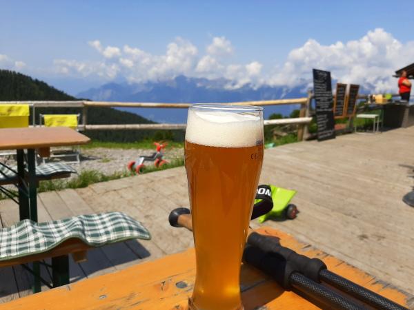auf 2035 Meter schmeckt das Bier besonders gut.