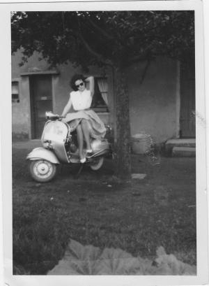 junge Frau auf einer Vespa