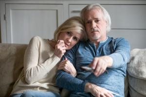 Älteres Paar schaut zusammen fern