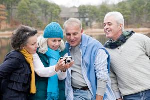 Gruppe Personen um einen Fotoapparat