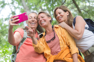 Gruppe Frauen mit einem Smartphone