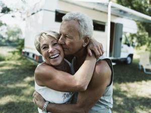 glückliches Paar vor einem Wohnmobil