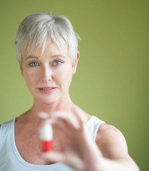 Frau mit Medikament