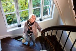 Frau beim Treppensteigen