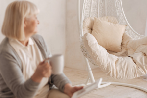 Frau schaut auf leeren Stuhl