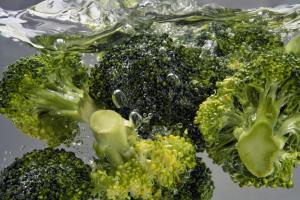 Brokkoli in kochendem Wasser