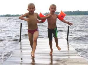Hipp hipp Hurra, meine absolute Herzensache sind meine wilden 2 Jungs - hier in Aktion am Natursee 'Äsen' in Schweden