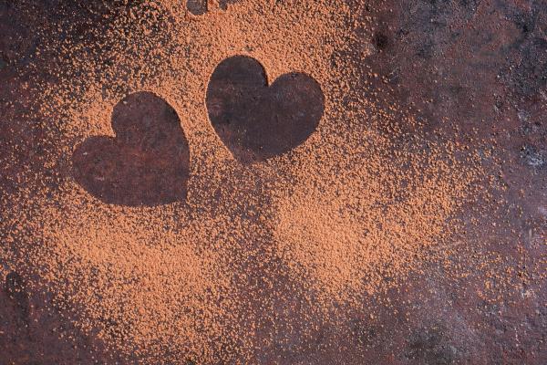 Zwei Kakaoherzen auf einer Platte