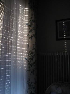 Sonnenstrahlen durch Jalousie