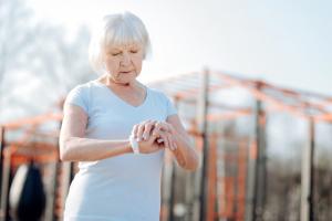 Frau mit Fitnessuhr