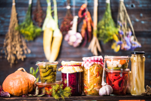 Eingemachte Gläser mit Obst und Gemüse