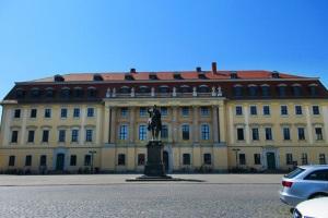 Das Reiterstandbild von Herzog Carl Augustus vor der Hochschule