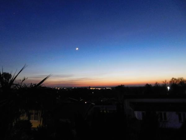 Abendhimmel über einer Stadt in der Ferne