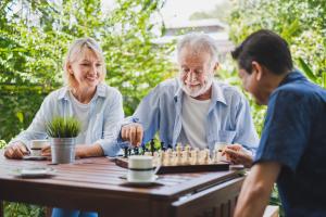 Familie beim Schach spielen