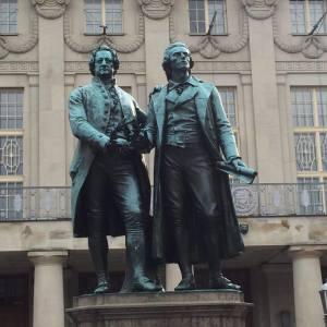 Goethe-Schiller Denkmal auf dem Platz vor dem Nationaltheater
