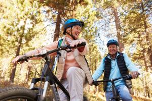 älteres Paar beim Radfahren