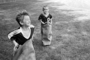 Kinder beim Sackhüpfen