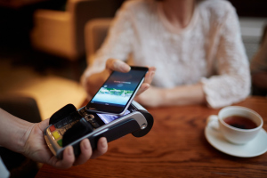 Frau bezahlt mit dem Handy