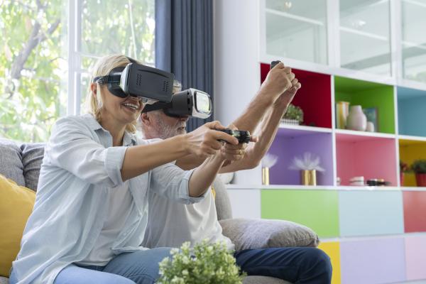 Seniorenpaar mit VR-Brille beim Spielen