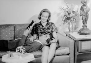 Schwarz-Weiß-Bild eines Paares beim Kuscheln auf dem Sofa