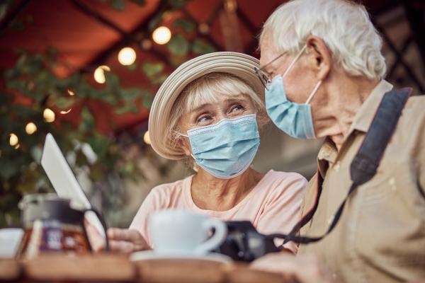 Älteres Paar mit Maske im Café