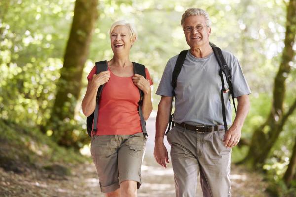 Älteres Paar beim Wandern