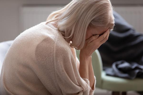 Verzweifelte Frau versteckt ihr Gesicht