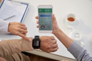 Smartwatch und Smartphone