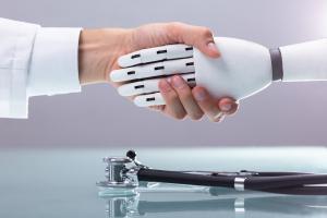 Roboterhand reicht Hand eines Arztes
