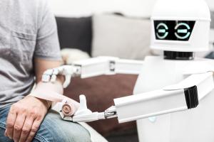 Roboter verbindet Patient
