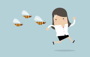Illustration Frau rennt vor Wespen weg