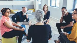 Menschen in Gesprächsrunde