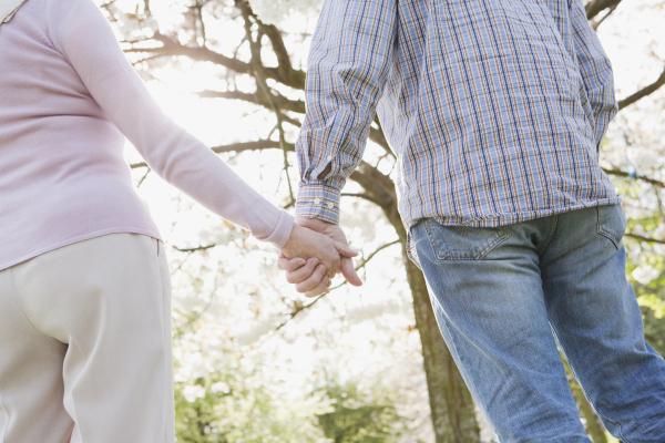 Älteres Paar geht händchenhaltend spazieren