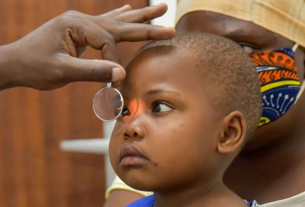 Kind bei Augenuntersuchung