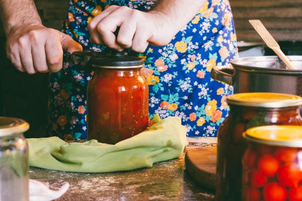 Dame beim Einkochen
