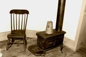 alter Schaukelstuhl und Ofen