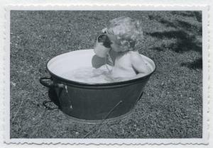 Ein Kind in einer alten Waschwanne