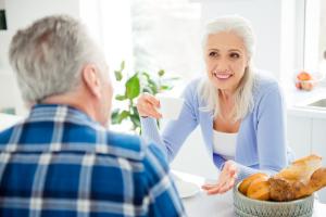 Paar im Gespräch beim Frühstück