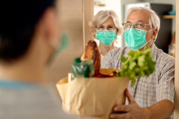 Lieferung einer Lebensmitteltüte an Seniorin
