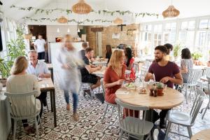 Personen in einem Café