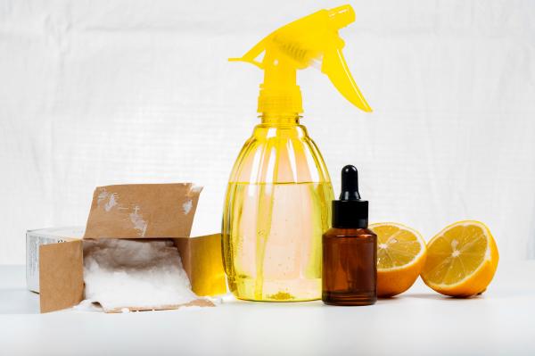 Umweltfreundliches Reinigungsmittel aus Zitronensaft