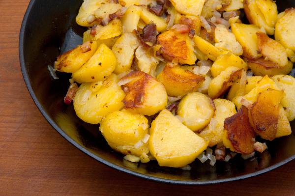 Teller mit Bratkartoffeln