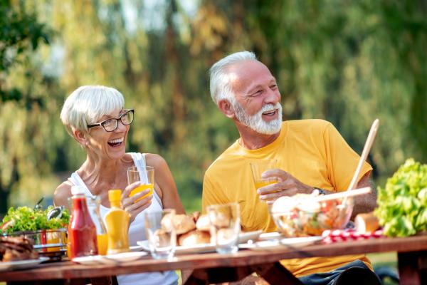 Paar beim Essen im Freien