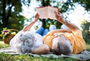 Paar liest ein Buch