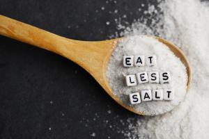 Holzlöffel mit Salz und Schrift