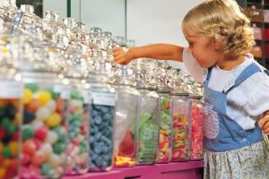 Mädchen im Süßigkeitenladen